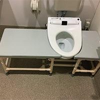排泄訓練のため、トイレ脇に台が欲しい