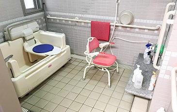 シャワーキャリーから特殊浴そうへの移乗負担を減らしたい(現状の問題点)